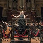 Barbara Hannigan singt und dirigiert zugleich