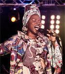 Die beninisch-französische Sängerin ehrt die Musikerinnen aus Afrika und der Karibik