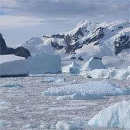 Mehrere Kilometer dickes Eis speichert die Antartktis und ist damit wichtig im Kampf gegen die Klimakrise