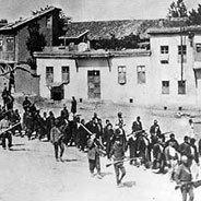 Armenier werden im April 1915 von osmanischen Soldaten in ein Gefangenenlager geführt.