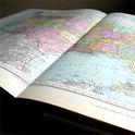 Analoges Anschauungsmaterial statt Smartphone und Google: Ein Atlas.