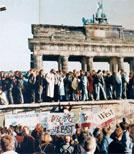 Die Menschen standen auf der Mauer und jubelten