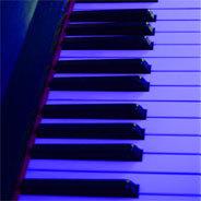 Aus ihrem Keyboard entlockt sie außerirdische Klänge.