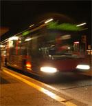 Ein außerplanmäßiger Nachtbus hält an nicht existierenden Haltestellen