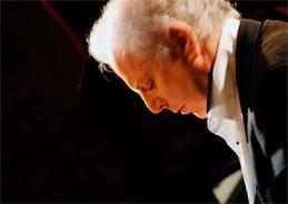 Mit seinem West-Eastern Divan Orchestra überwindet Dirigent Daniel Barenboim kulturelle Grenzen mit Musik