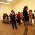 Eine Galerie sorgt in Museen für Bewegung und für Spannung. Galerist Judy Lybke ist mit seinen Künstler*innen und seiner Galerie weltweit in Museen und Kunstmessen präsent.