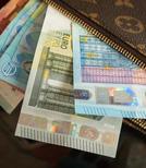 Nishimura zieht den reichen Leuten meisterhaft die Scheine aus dem Portemonnaie