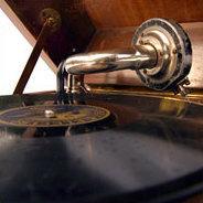 Als der jüdisch-orthodoxe Bibellehrer Mendel Singer auf einer Grammofonplatte ein Lied des Komponisten Alexej Kossak hört, führt in das zu seinem Glauben zurück