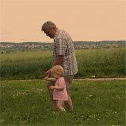 Opa schafft es, dass seine Enkel bald voll und ganz in seinen Geschichten leben