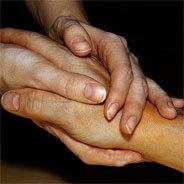 Jemandes Hand zu halten gibt auch emotionalen Halt.