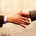 Der Handschlag als Zeichen der Höflichkeit. Welche ursprüngliche Bedeutung hat die Geste?
