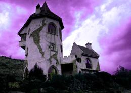 Violetta Veilchenblau wohnt in einem ähnlich schrägen Häuschen