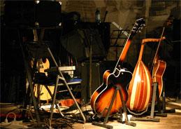 Das Dorforchester Hudaki Village mit dem fröhlichen Rhythmus