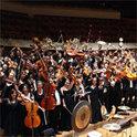 Beim Anleiten eines Orchesters erhält der Dirigent durch die Musiker direktes Feedback