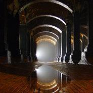 Der Minotaurus wird in ein von Daidalos gebautes Labyrinth verbannt.