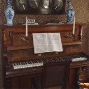 Seine Titelnummer spielt er am klassischen Klavier.