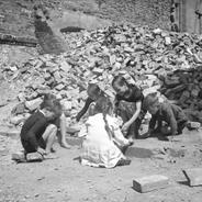 Kindheit in Trümmern. Als der Krieg ausbrach war Hans erst 9 Jahre alt.
