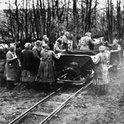 Das Foto zeigt die Schwerstarbeit, zu der die Frauen gezwungen wurden
