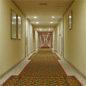 Ein mysteriöses Hotel mit einem Loch soll gleich zwei Schicksale zum Guten wenden.