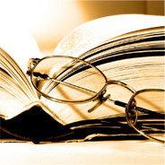 Buchseiten mit Lesebrille