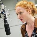 Die Erzählerin Mareen Lohse bei der Hörspielproduktion