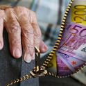 Hand eines alten Menschen und Geld