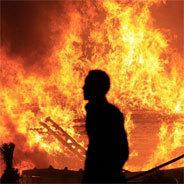 Der Hof fällt den Flammen zum Opfer.