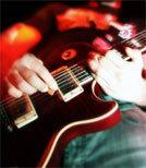 Die Gitarre ist nur eins von mehreren Instrumenten, die Steve Hill gleichzeitig spielt