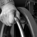 Konrad nutzt es für seine Zwecke, dass seine Frau im Rollstuhl sitzt und sich somit nicht wehren kann