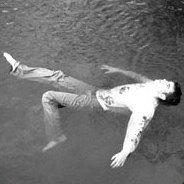 Gregs Leiche wird im Fluss gefunden.