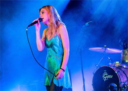 die Wolf Alice-Sängerin Ellie Rowsell war auch schon zu Duo-Zeiten dabei